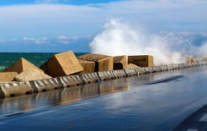 Allerta meteo: fino a domani sera venti molto forti e mareggiate lungo la costa