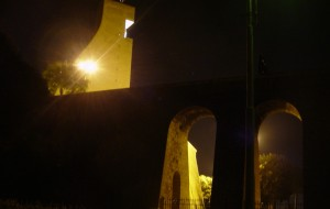 Un fascio di luce sul Monumento al Marinario d'Italia in memoria delle vittime della strada
