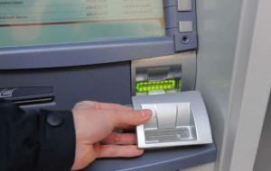 Cliente dimentica telefono e portafogli sul tavolo, donna se ne impossessa e usa carta di credito: beccata e denunciata