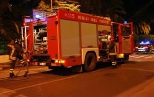 Minaccia il suicidio, poi tenta di rubare camion dei pompieri ferendo l'autista: bloccato e arrestato dalle Volanti