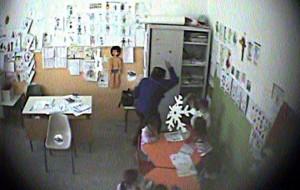 Brindisi, maestra d'asilo picchia e insulta i bambini: video la incastra