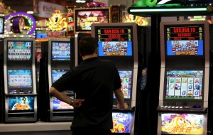 Picchia e minaccia dipendenti di una sala giochi pretendendo denaro per giocare alle macchinette