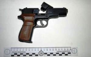 Minaccia la moglie con una pistola giocattolo: denunciato