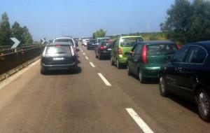 Veicolo in fiamme nei pressi di Torchiarolo: traffico in tilt sulla Lecce-Brindisi