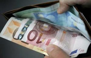 Carabiniere in pensione trova portafoglio con denaro e lo porta in caserma. Lo aveva perso uno scrittore americano che vive ad Ostuni