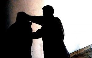 Picchia e minaccia di morte moglie e figlia: rumeno arrestato dai Carabinieri