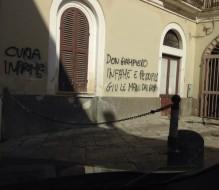 Scritte contro la curia ed il parroco vicino alla Chiesa di Santa Lucia