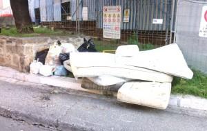 Ancora un incivile abbandono di rifiuti: stamattina materassi ai piedi del Bastione