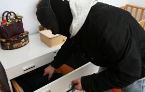 Topo d'appartamento ruba ori ed armi ad un anziano: arrestato