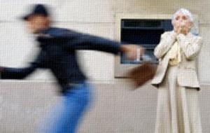 """Si lancia contro lo scippatore e """"salva"""" la borsetta di una 57enne"""