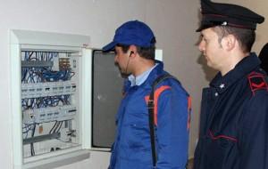 Allacciano i consumi del bar alla rete elettrica: arrestato gestore, denunciata proprietaria