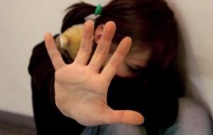 Picchia la figlia 14enne e la manda in ospedale: denunciato padre manesco