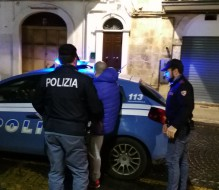 In auto con fucile a canne mozze e cocaina: arrestato