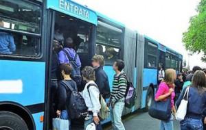 Salgono sull'autobus senza biglietto, si rifiutano di scendere ed aggrediscono il conducente: arrestati