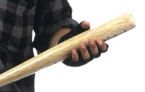 Una mazza da baseball nel cofano dell'auto: denunciato