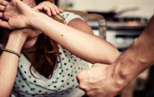 23enne rende la vita impossibile a madre e sorella: arrestato per maltrattamenti in famiglia