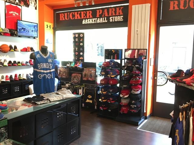 Il merchandising dell enel basket brindisi in vendita a for Basketball store milano