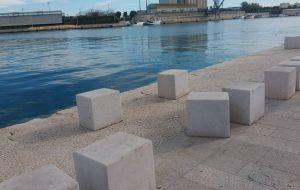 Lungomare: cubi spostati e gettati in acqua… e nessuno se ne frega