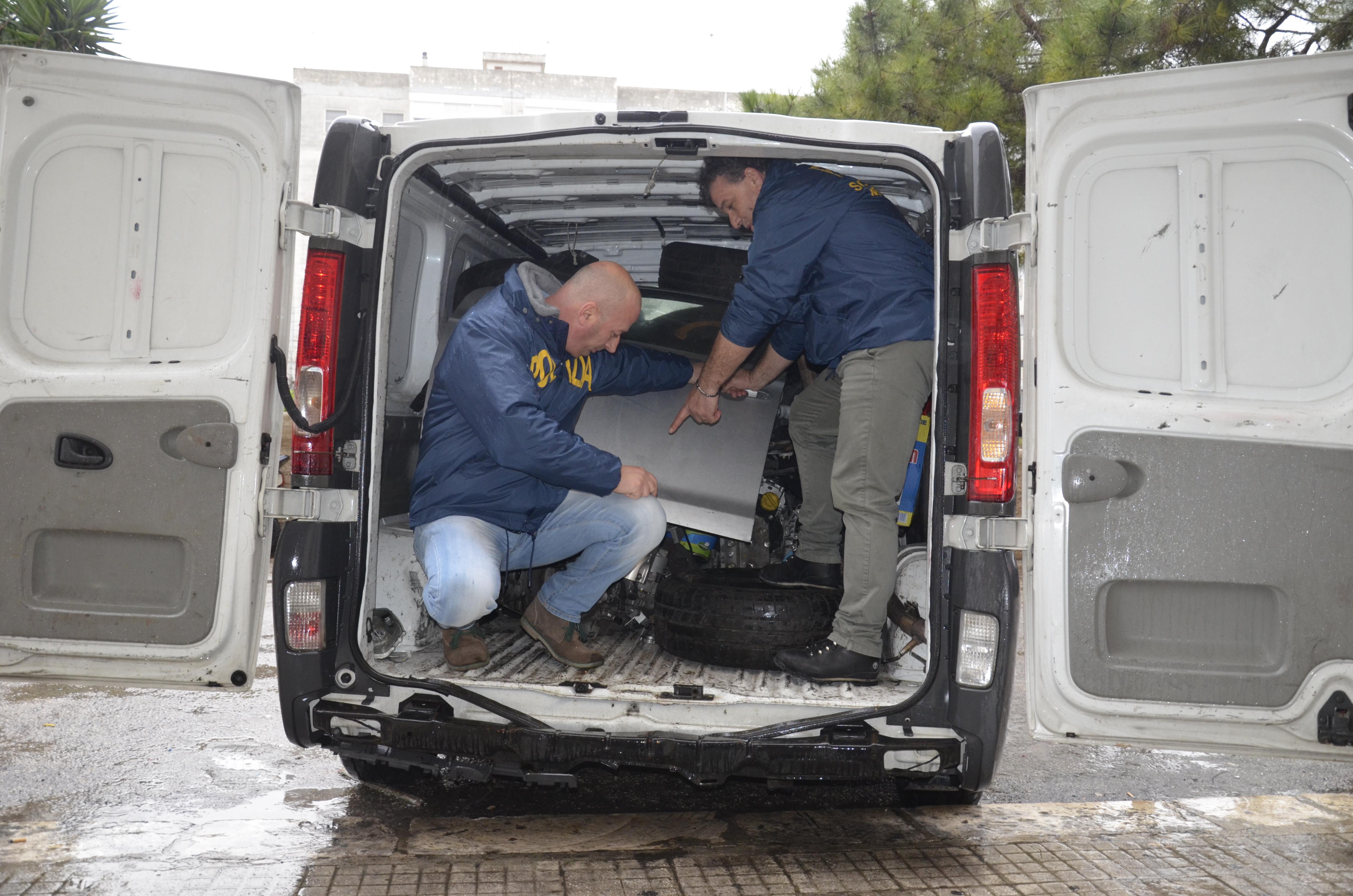 Scoperto nuovo covo di auto rubate tre giovani nei guai for Quali sono le dimensioni di un garage per due auto