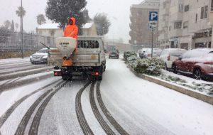 Emergenza neve: in azione spazzaneve e spargisale ma le strade restano pericolose per automobilisti e pedoni