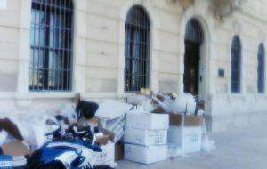 Deturpato il Lungomare: azienda abbandona cumuli di rifiuti a pochi metri dalle Colonne Romane