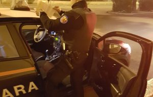 Senza patente, semina il panico tra la gente guidando un'auto priva di assicurazione: denunciato