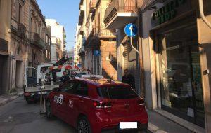 Furbetti dei rifiuti e parcheggio selvaggio: decine di interventi della Polizia Municipale di Brindisi