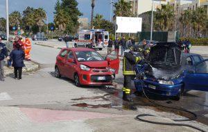 Auto prende fuoco dopo uno spaventoso frontale su Via della Torretta