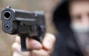Agguato in piazza a Ceglie Messapica: pregiudicato colpito alle gambe da quattro colpi di pistola