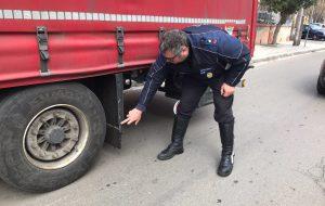 Guasto al GPS, Tir entra in città e provoca caos: quattro incidenti, cinque macchine urtate: VIDEO