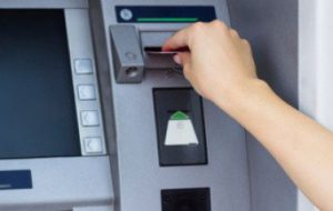 Usa carta di credito di un morto e preleva 500 euro: denunciata