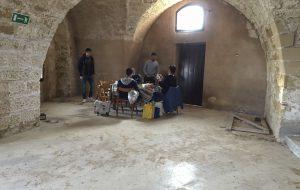 Picnic di pasquetta all'interno del Castello Alfonsino. Le foto e lo sdegno di un lettore