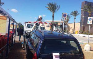 Blitz nel parcheggio dell'Ipercoop: dieci macchine multate perché lasciate illegittimamente sugli stalli per disabili