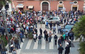Centinaia di cittadini in piazza contro la situazione dei rifiuti. La Carluccio cerca visibilità ma viene bombardata da fischi