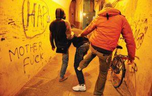 16enne picchiato e minacciato da due minorenni in Piazza Raffaello