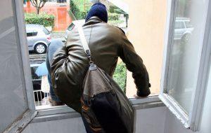 Ladro imbranato saccheggia casa al mare ma si ferisce e scorda documenti personali: rintracciato e denunciato