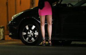 Pappone 87enne fa sesso con una giovane prostituta e le ruba 320 euro dal portafoglio
