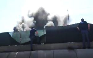 Colonne di fumo alte oltre 30 metri: grosso incendio lambisce la SS 379 (VIDEO)