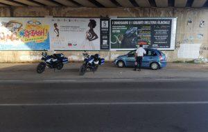 La PM piazzata nei punti nevralgici della città: controlli su auto e moto