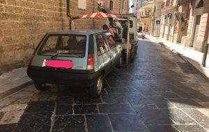 Parcheggio selvaggio: carro attrezzi in azione in tutta la città