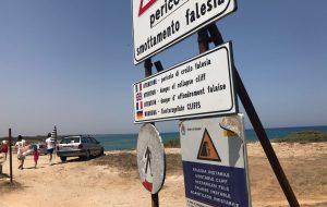 Caos sulla litoranea: si parcheggia ovunque, nessun rispetto per la falesia