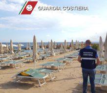 Occupa il triplo della spiaggia concessa: sequestrati 40 ombrelloni e 80 lettini in zona Monacelle