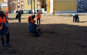 Immigrati puliscono il quartiere Paradiso assieme agli operatori di Ecotecnica e BMS
