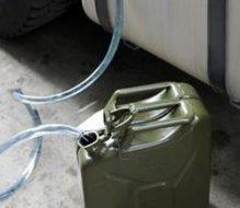 Succhia gasolio da un camion: arrestato 52enne