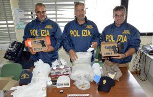 In casa 4,5 Kg di marijuana, 240 grammi di coca e due pistole: dai domiciliari al carcere