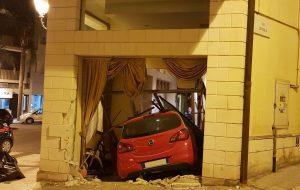 Auto piombata nella hall dell'hotel: il conducente aveva bevuto alcolici e tirato cocaina