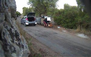 Le fototrappole smascherano gli incivili dei rifiuti: pioggia di multe