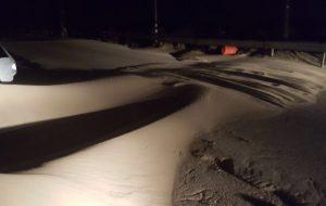 Il forte vento spinge la sabbia sulla sede stradale: mezzi al lavoro sulla litoranea per eliminare le dune e ripristinare la circolazione