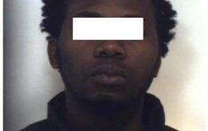 Sale sull'autobus senza biglietto e minaccia il conducente: arrestato nigeriano