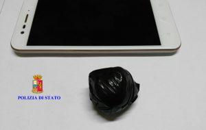 13 grammi di cocaina pura nel cappuccio del giubbotto: arrestato 27enne